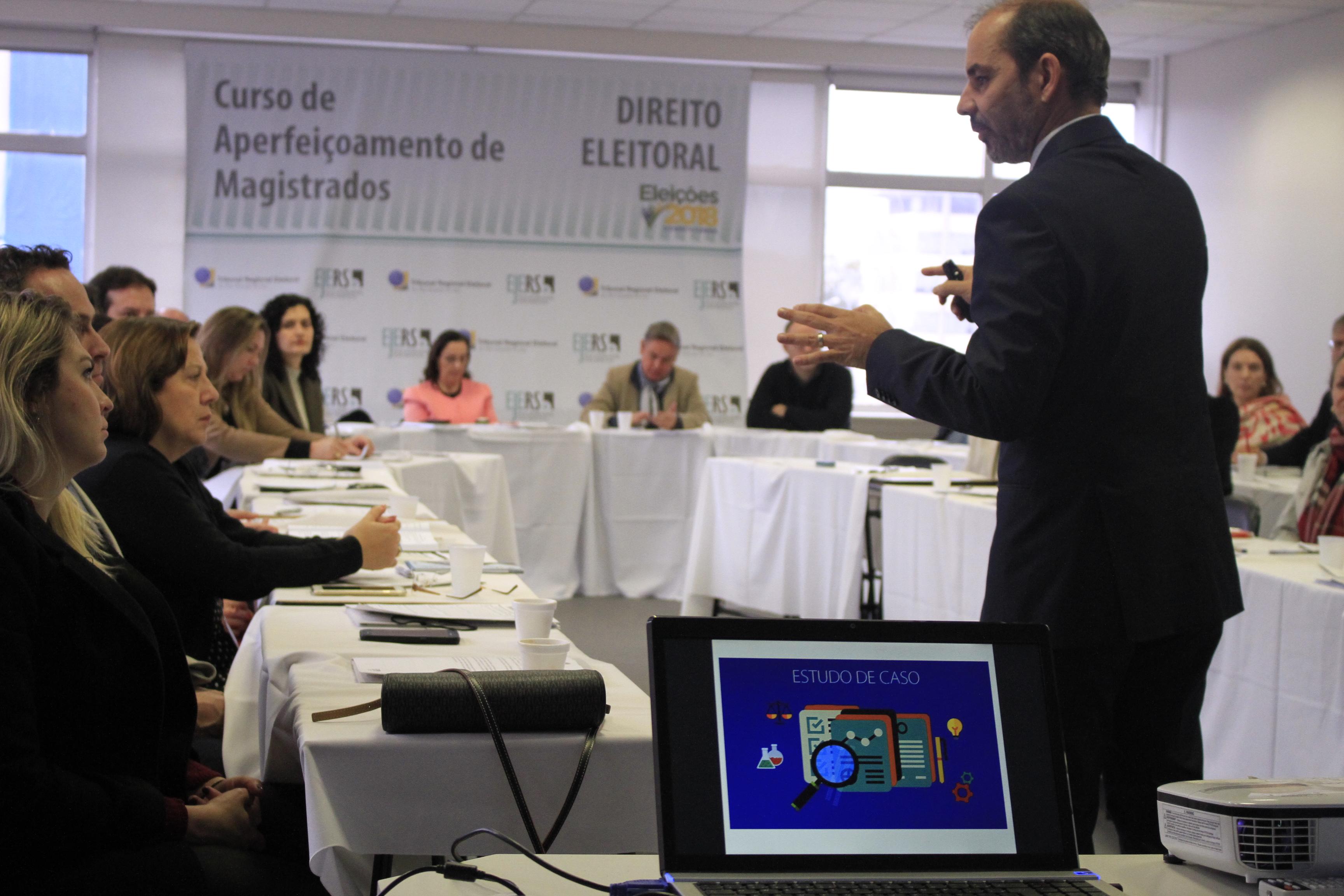 palestrante fala em curso para juízes