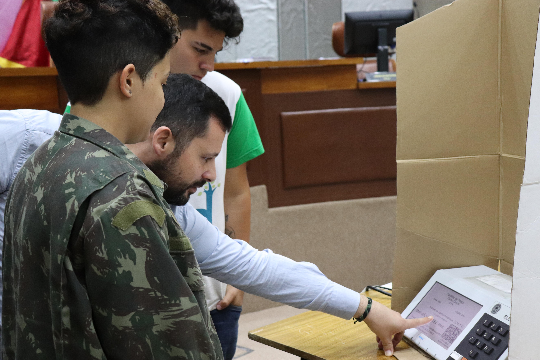 servidor explica urna para jovens